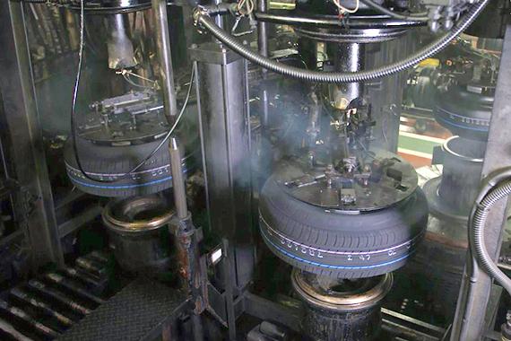 横浜ゴムの加硫工程